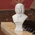 Eine Büste von Johann Sebastian Bach steht auf einem Klavier.