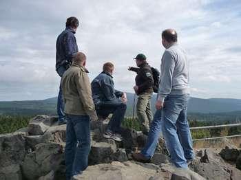 Ranger mit Besuchern auf einer Klippe