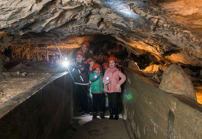 Mit der taschenlampe die Rübeländer Tropfsteinhöhlen entdecken.